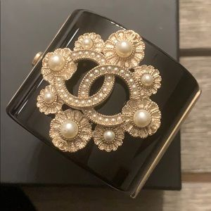 Chanel CC cuff resin / pearl / matte gold